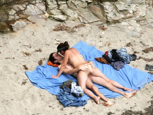 エロいヌーディストビーチのパンチラ画像