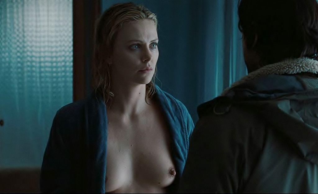 シャーリーズセロンの全裸ヌードで露出画像