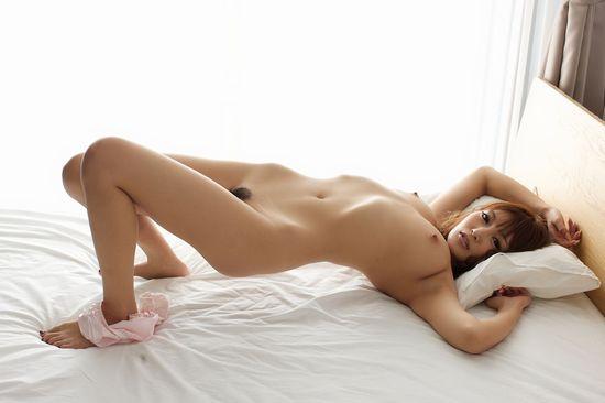 明日花キララの全裸ヌードで露出画像