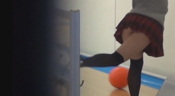 ボウリング抜けるハプニングエロ画像