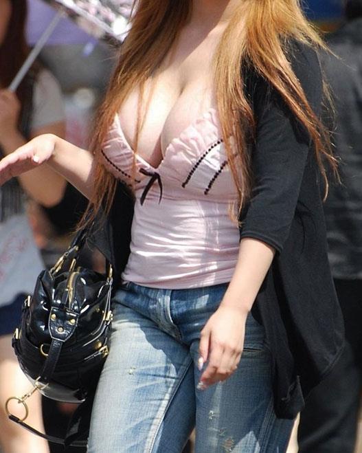 着衣巨乳のパンチラエロ画像