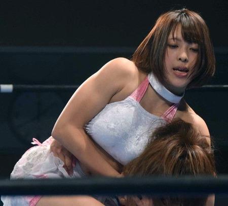 女子プロレスのおっぱい丸出しで全裸でエロ画像