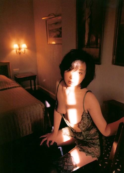 川上麻衣子の巨乳で胸チラエロ画像
