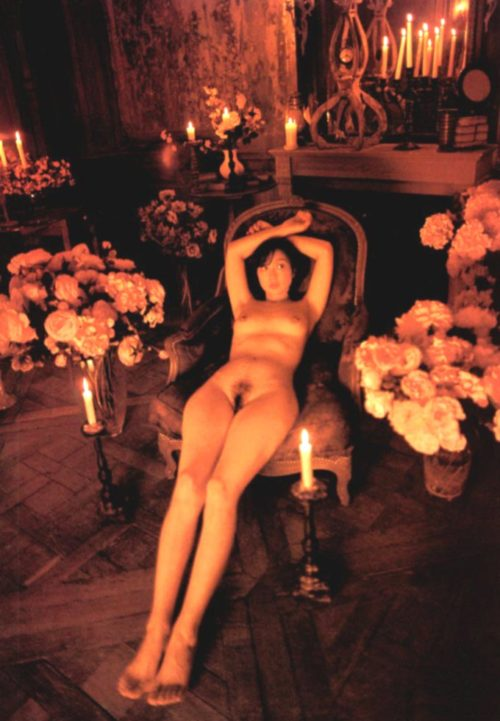 川上麻衣子の全裸ヌードで露出画像