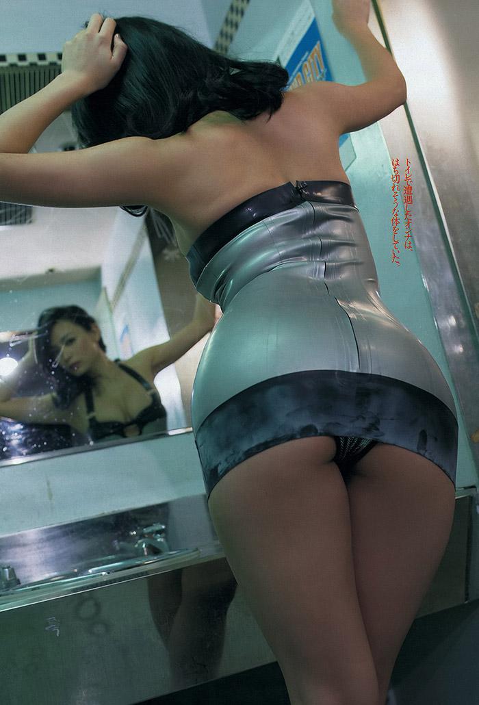 川村ゆきえの全裸ヌードで露出画像