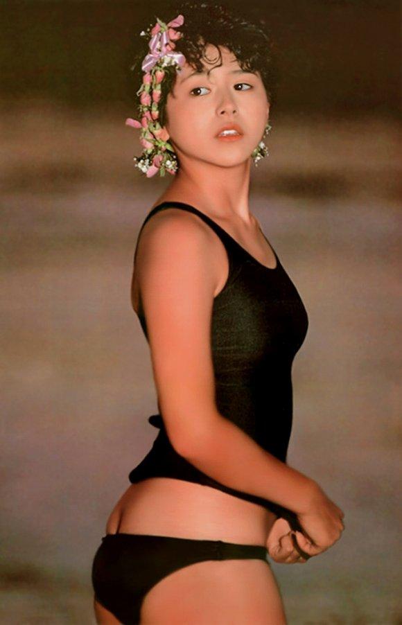 小泉今日子のおっぱい丸出しで全裸でエロ画像