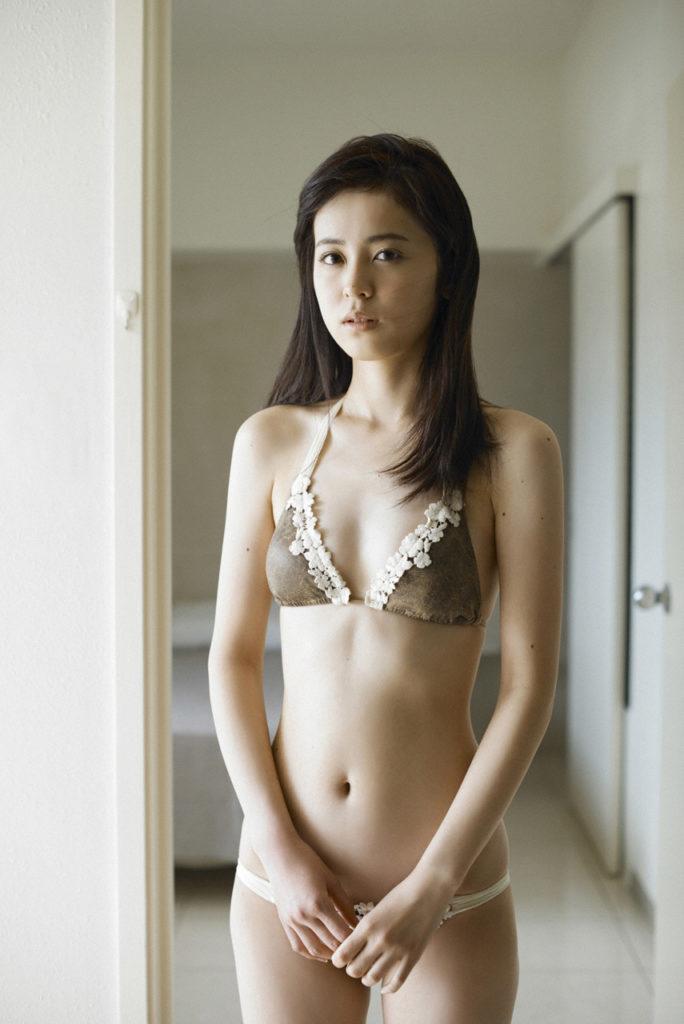 久慈暁子の全裸ヌードで露出画像