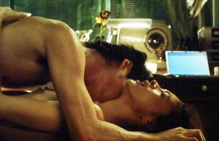 黒谷友香の全裸ヌードで露出画像