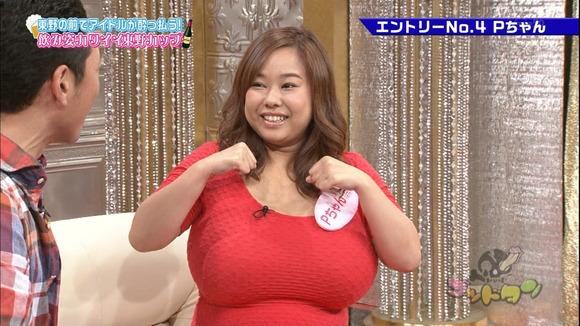 巨乳爆乳超乳の巨乳で胸チラエロ画像
