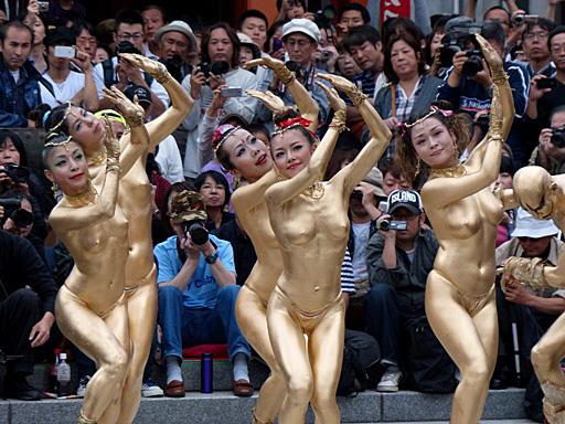 金粉祭りの巨乳で胸チラエロ画像
