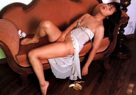 三原じゅん子の全裸ヌードで露出画像