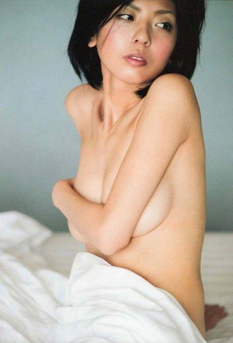 宮地真緒の全裸ヌードで露出画像