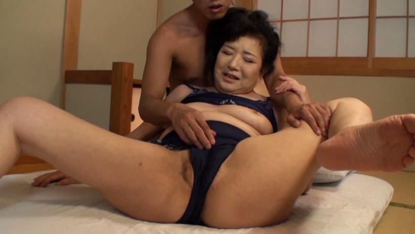 60代(六十路)熟女の巨乳おっぱい乳揉み
