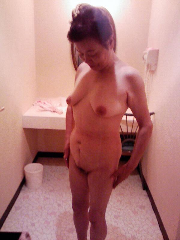 60代(六十路)熟女のパンチラエロ画像