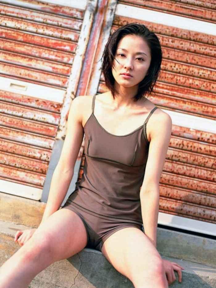 中越典子の全裸ヌードで露出画像
