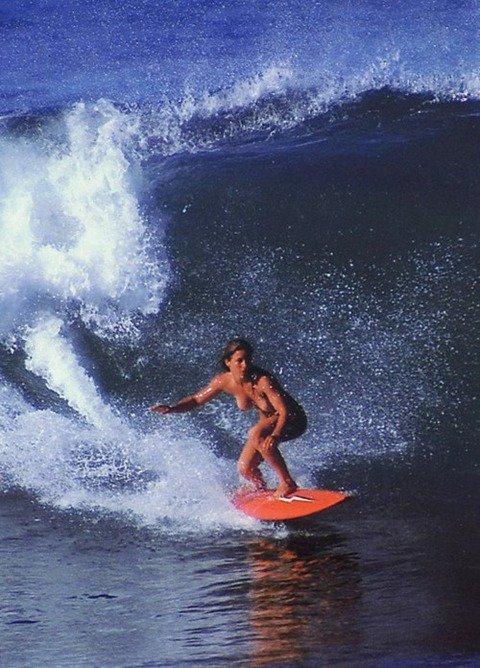 サーフィン全裸の巨乳で胸チラエロ画像