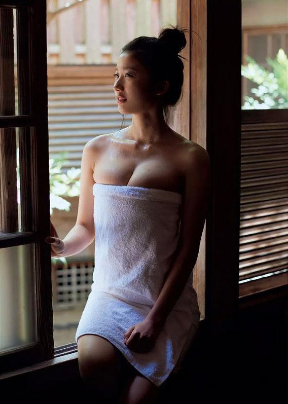 小倉優香の全裸ヌードで露出画像