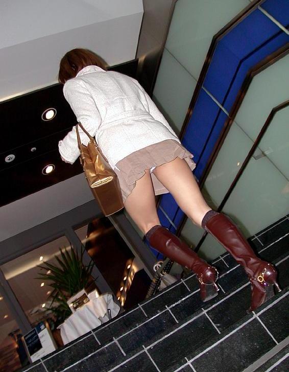 ローアングル階段パンチラの乳首ポロリ画像