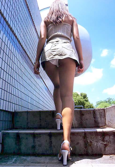 ローアングル階段パンチラのセックスの濡れ場画像