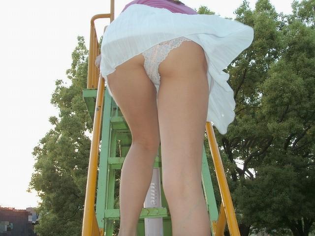 ローアングル階段パンチラの全裸ヌードで露出画像
