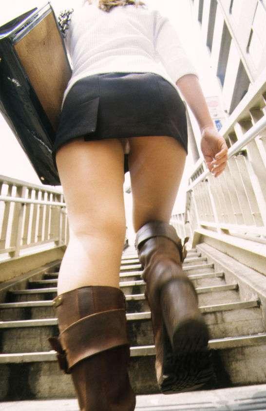 エロすぎるローアングル階段パンチラ