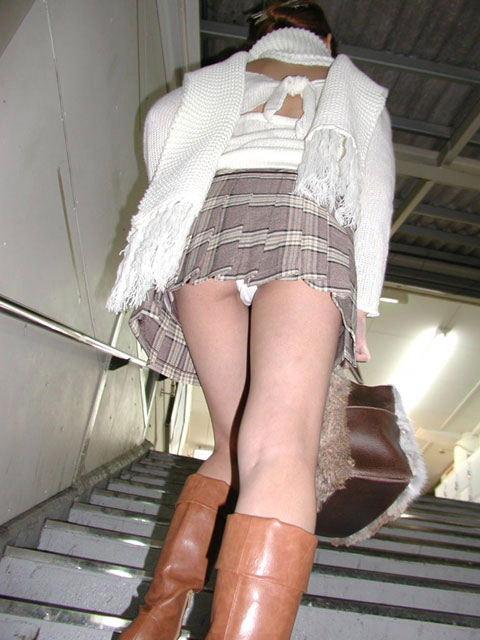 ローアングル階段パンチラのAVアダルト画像