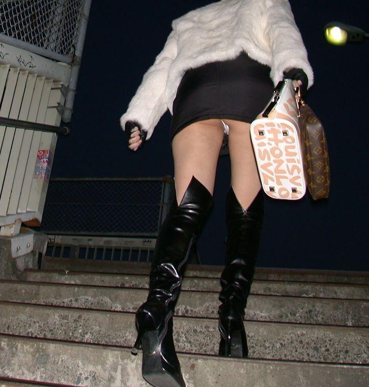 ローアングル階段パンチラの隠し撮りエロ画像