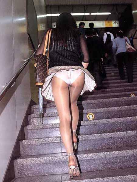 ローアングル階段パンチラのお宝エロ画像