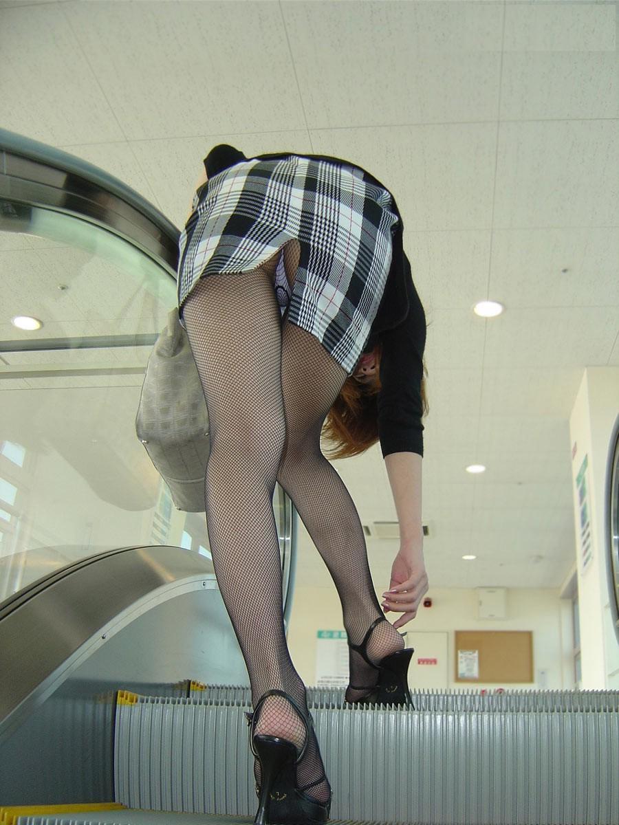 ローアングル階段パンチラのセックスエロ画像