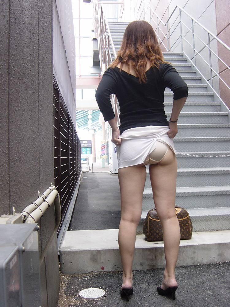 ローアングル階段パンチラのヌード乳首エロ画像