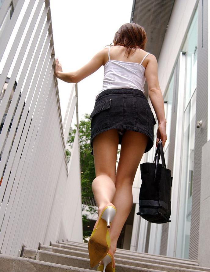 ローアングル階段パンチラのお宝な放送事故