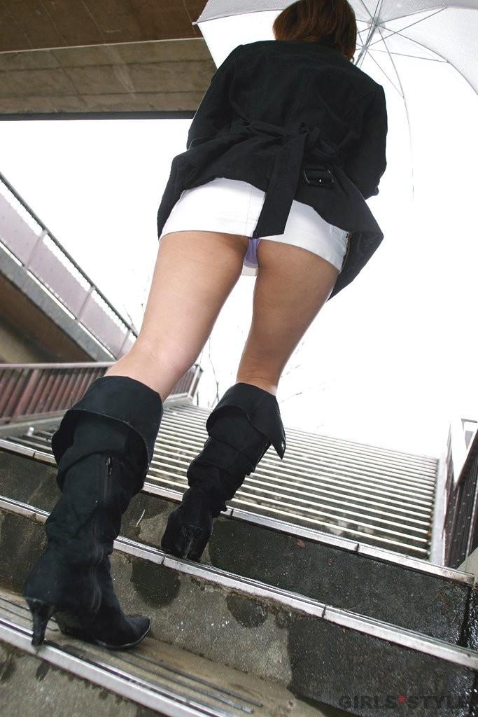 ローアングル階段パンチラモロにマンスジやハミマンエロGIF画像