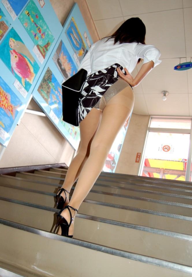 ローアングル階段パンチラのアダルト水着エロ画像