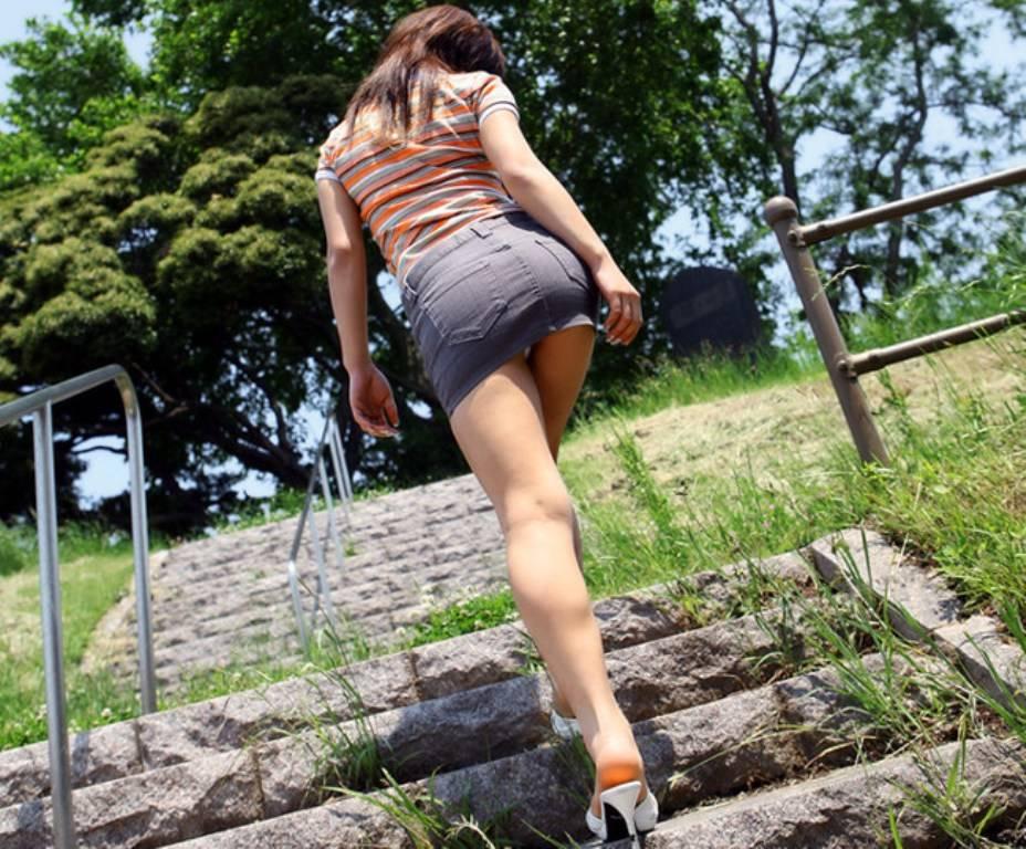 ローアングル階段パンチラのエロ画像