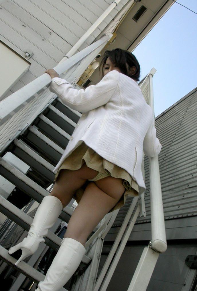 ローアングル階段パンチラのパンツ丸出しエロ画像