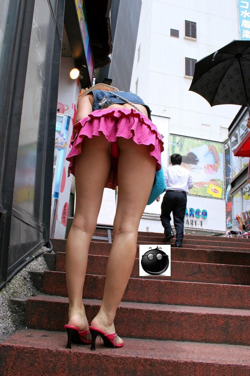 ローアングル階段パンチラのお宝ヌードエロ画像