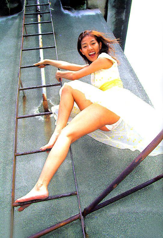 ローアングル階段パンチラのお宝パンモロ画像
