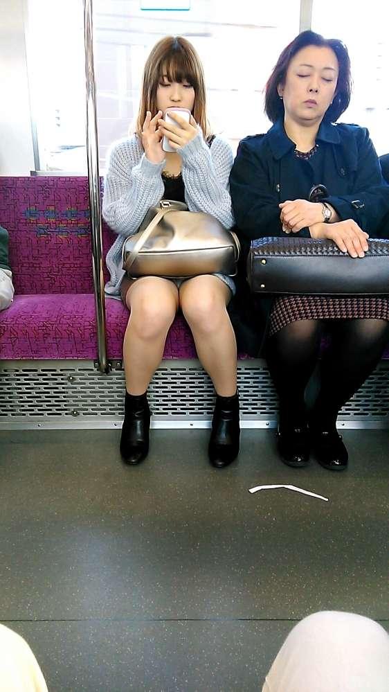 電車パンチラのエロヌード画像