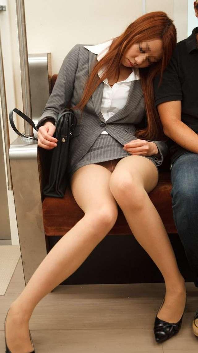 電車パンチラのエロおっぱい画像