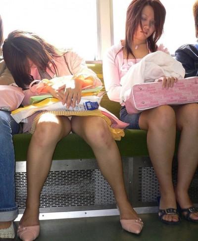電車パンチラのマンスジパンモロ画像