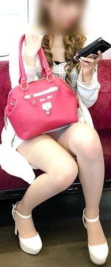 電車パンチラのお宝エロ画像