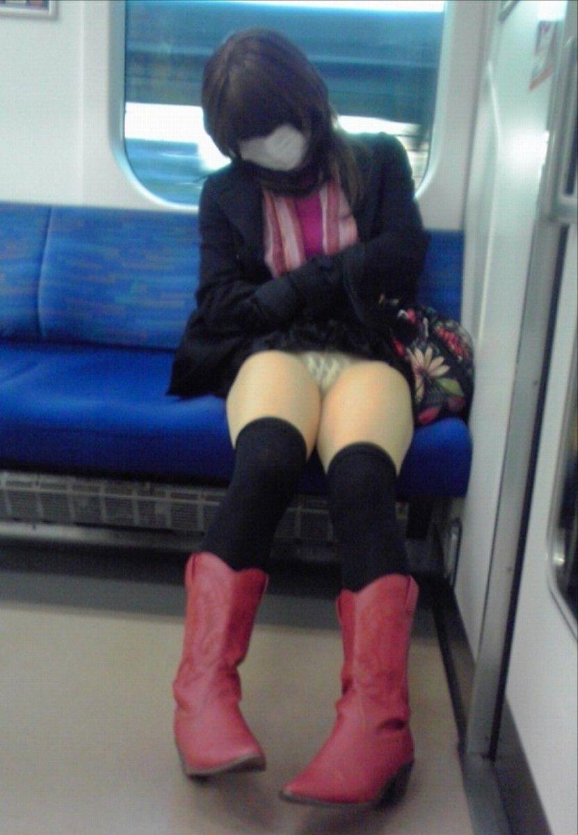 電車パンチラのお宝ヌードエロ画像