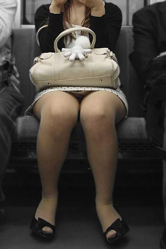 電車パンチラのAVエロ画像