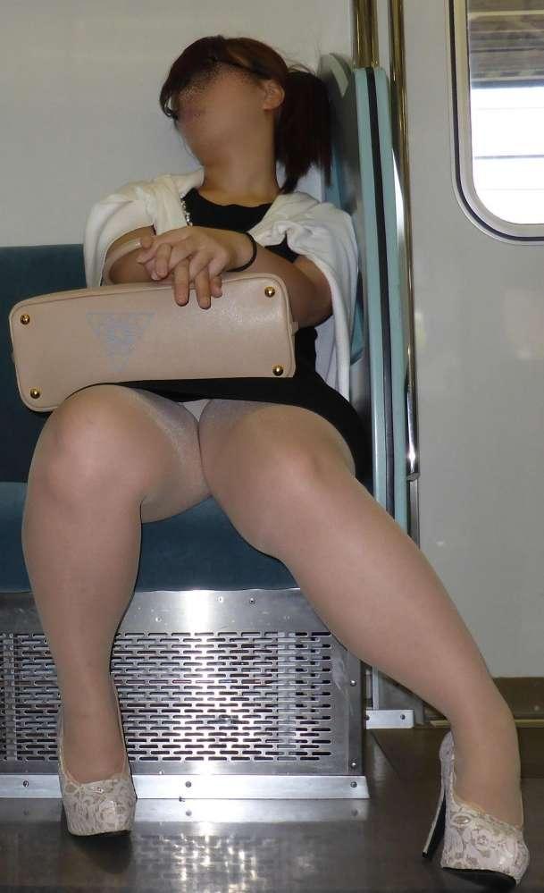 電車パンチラのアダルト水着エロ画像