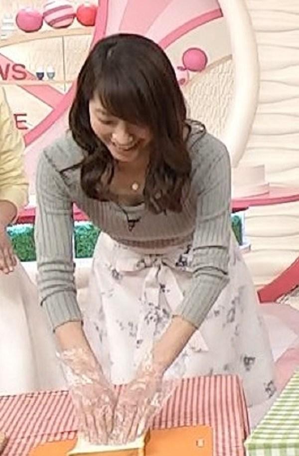 笹崎里菜の巨乳で胸チラエロ画像