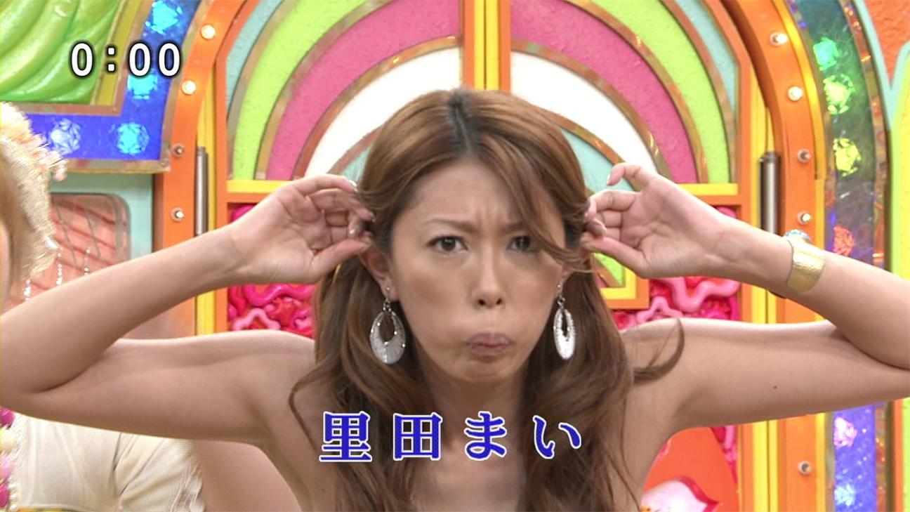 里田まいの巨乳で胸チラエロ画像