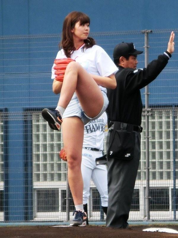 稲村亜美始球式のマンスジパンモロ画像