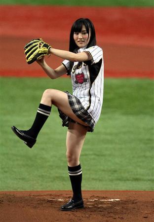 山本彩始球式のお宝エロ画像