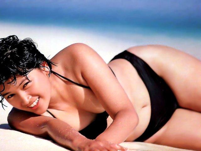島崎和歌子の全裸ヌードで露出画像