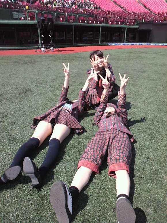 篠田麻里子の巨乳で胸チラエロ画像